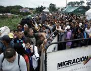 venezuelans-crossing